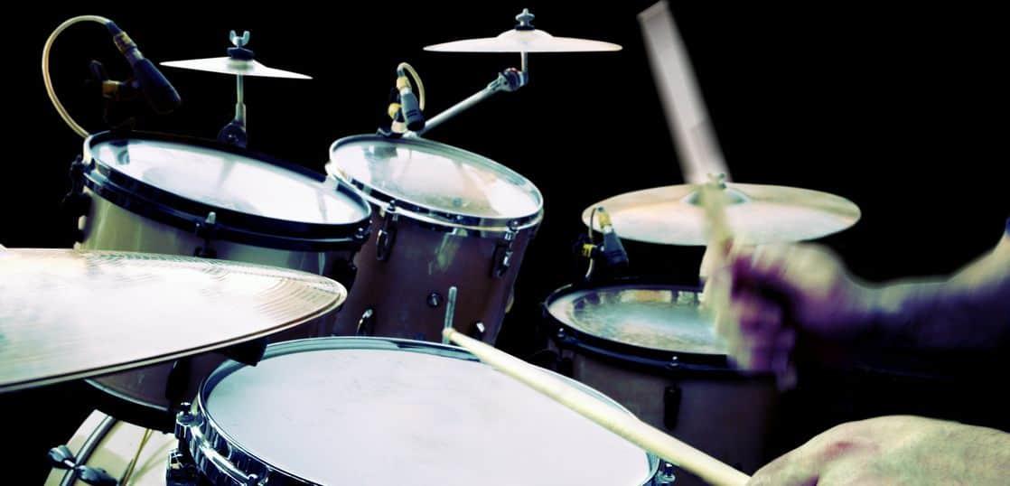 ドラムを叩くスティック