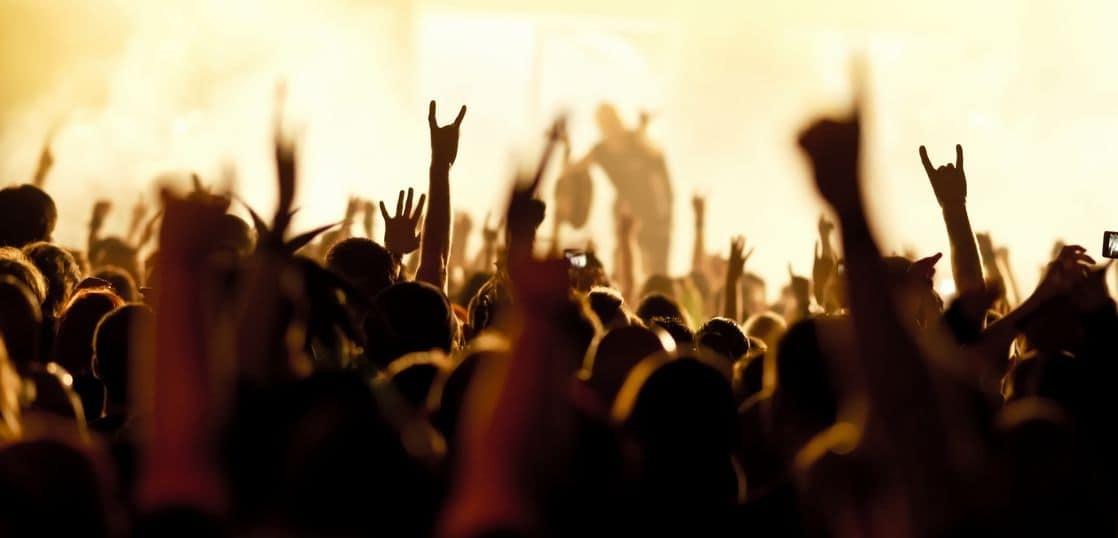 ライブの観客のシルエット