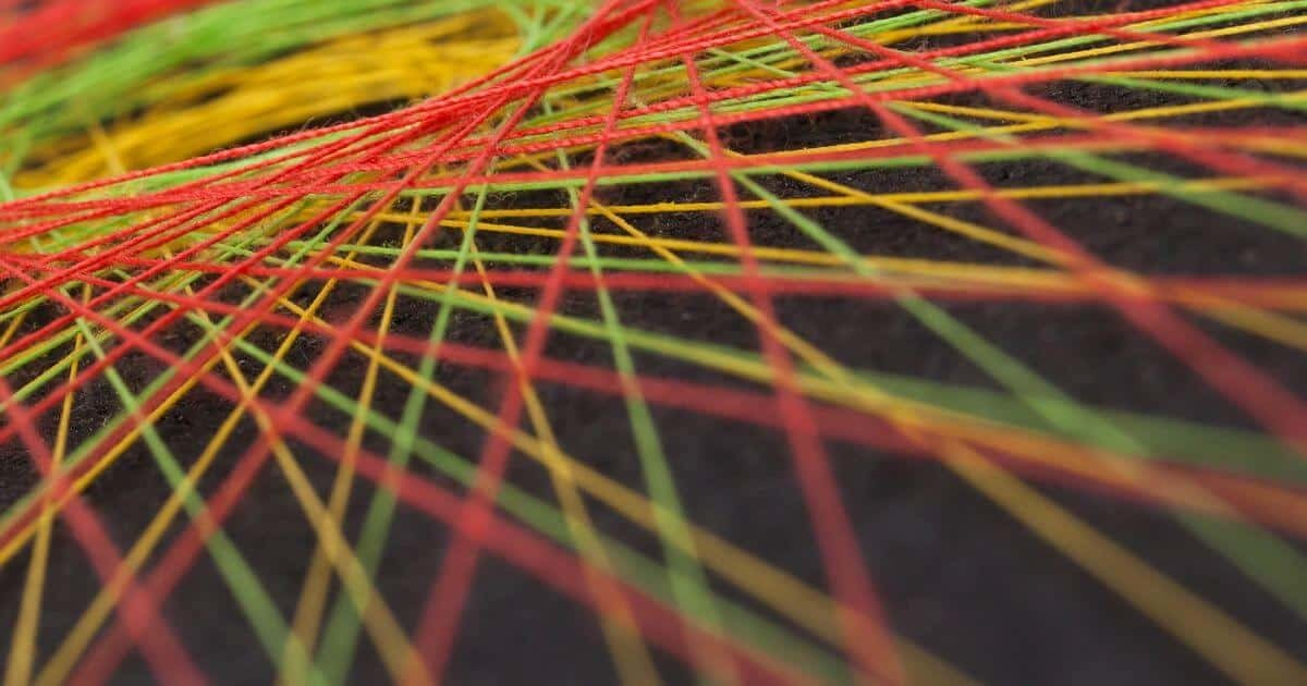 交差するカラフルな糸