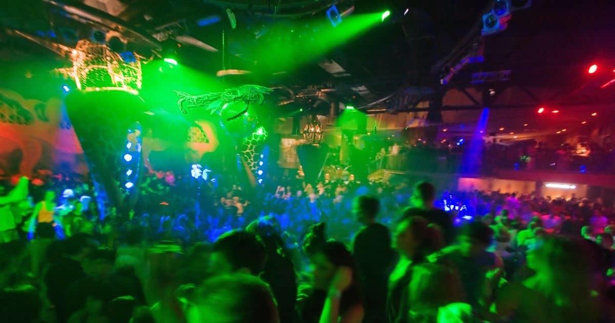 ディスコで踊る群衆